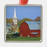 Los E.E.U.U., Vermont, Peacham. Un granero y un bl Ornamento Para Arbol De Navidad