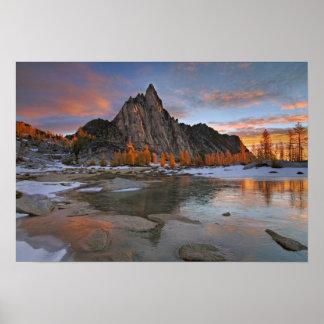 Los E.E.U.U., Washington, montañas de la cascada.  Póster