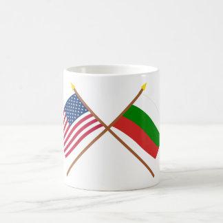 Los E.E.U.U. y banderas cruzadas Bulgaria Taza Clásica