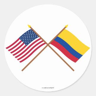 Los E E U U y banderas cruzadas Colombia Pegatinas Redondas
