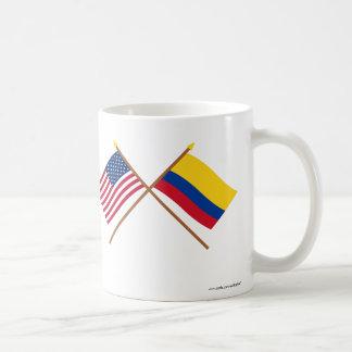 Los E.E.U.U. y banderas cruzadas Colombia Taza Clásica