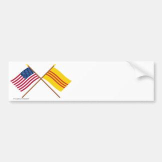 Los E E U U y banderas cruzadas del sur de Vietna Etiqueta De Parachoque