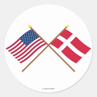 Los E.E.U.U. y banderas cruzadas Dinamarca Pegatina Redonda