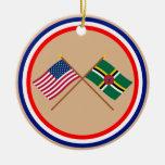 Los E.E.U.U. y banderas cruzadas Dominica Adorno Redondo De Cerámica