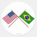 Los E.E.U.U. y banderas cruzadas el Brasil Etiqueta Redonda