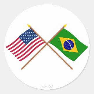Los E.E.U.U. y banderas cruzadas el Brasil Pegatina Redonda