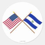 Los E.E.U.U. y banderas cruzadas El Salvador Pegatina Redonda