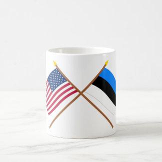 Los E.E.U.U. y banderas cruzadas Estonia Tazas