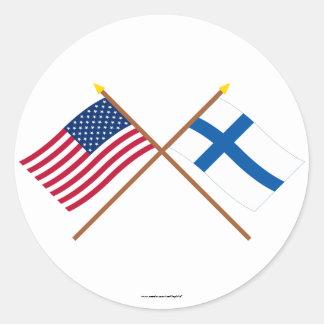 Los E.E.U.U. y banderas cruzadas Finlandia Pegatina Redonda
