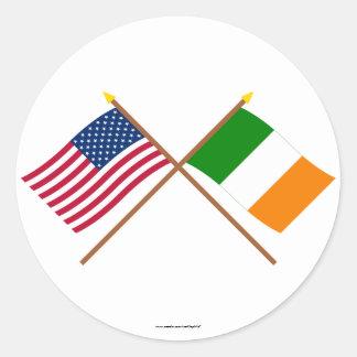Los E.E.U.U. y banderas cruzadas Irlanda Pegatina Redonda