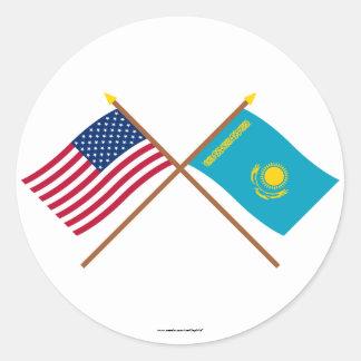 Los E.E.U.U. y banderas cruzadas Kazajistán Pegatina Redonda