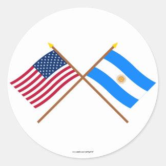 Los E.E.U.U. y banderas cruzadas la Argentina Pegatina Redonda