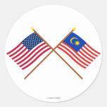 Los E.E.U.U. y banderas cruzadas Malasia Pegatina Redonda