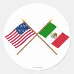 Los E.E.U.U. y banderas cruzadas México Pegatina Redonda