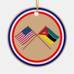 Los E.E.U.U. y banderas cruzadas Mozambique Adorno