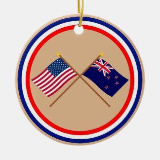 Los E.E.U.U. y banderas cruzadas Nueva Zelanda Adorno Navideño Redondo De Cerámica