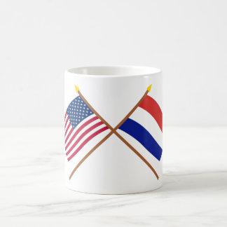 Los E.E.U.U. y banderas cruzadas Países Bajos Taza Clásica