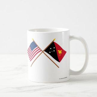 Los E.E.U.U. y banderas cruzadas Papúa Nueva Taza Clásica