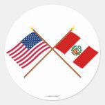 Los E.E.U.U. y banderas cruzadas Perú Pegatina Redonda
