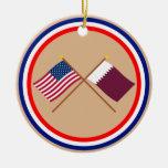 Los E.E.U.U. y banderas cruzadas Qatar Adorno Redondo De Cerámica