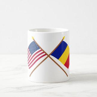 Los E.E.U.U. y banderas cruzadas Rumania Taza Clásica