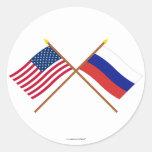 Los E.E.U.U. y banderas cruzadas Rusia Etiqueta Redonda