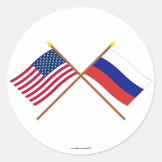 Los E.E.U.U. y banderas cruzadas Rusia Pegatina Redonda
