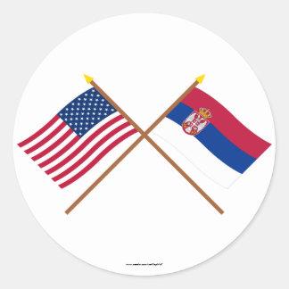 Los E.E.U.U. y banderas cruzadas Serbia Pegatina Redonda