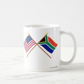 Los E.E.U.U. y banderas cruzadas Suráfrica Taza Básica Blanca