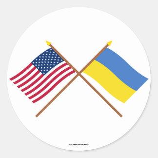 Los E.E.U.U. y banderas cruzadas Ucrania Pegatina Redonda