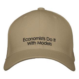 Los economistas lo hacen con el gorra del texto de gorras de béisbol bordadas