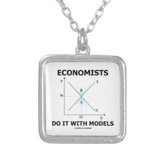 Los economistas lo hacen con los modelos (la curva colgante cuadrado