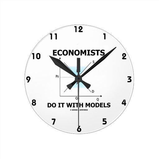 Los economistas lo hacen con los modelos (la curva reloj redondo mediano