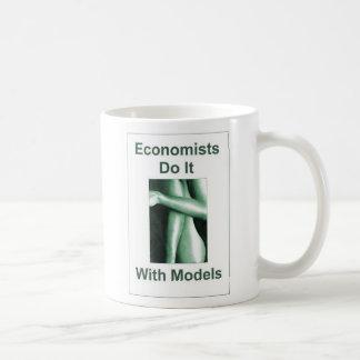 Los economistas lo hacen con los modelos taza básica blanca