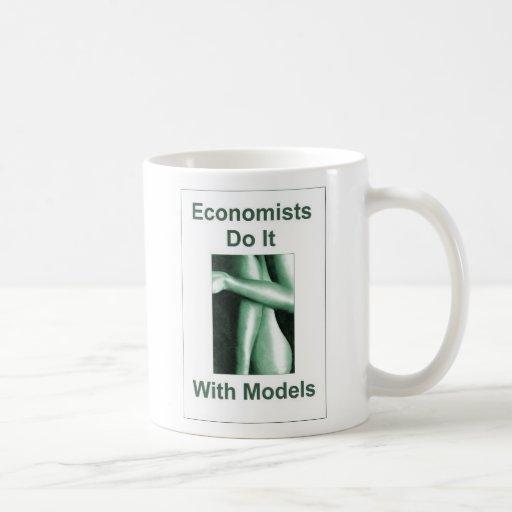 Los economistas lo hacen con los modelos taza