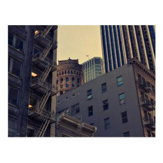 Los edificios altos aprietan el cielo en la ciudad tarjeta postal