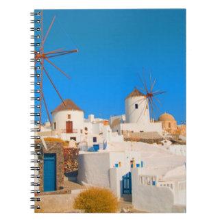Los edificios blancos y los molinoes de viento en libro de apuntes con espiral