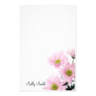 Los efectos de escritorio rosados de las margarita papeleria
