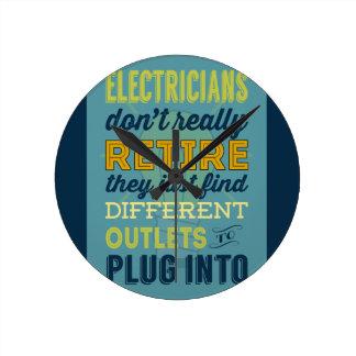 Los electricistas no hacen realmente Retirar-Humor Reloj Redondo Mediano