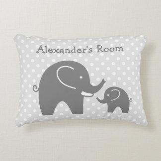 Los elefantes grises lindos acentúan la almohada cojín