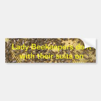 Los encargados de la abeja de la señora lo hacen c pegatina para auto