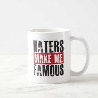 Los enemigos me hacen famoso taza básica blanca