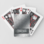 Los engranajes metálicos con la etiqueta empernada baraja de cartas