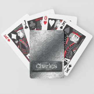 Los engranajes metálicos con la etiqueta empernada baraja cartas de poker