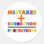 Los errores más la corrección igualan la pegatina redonda