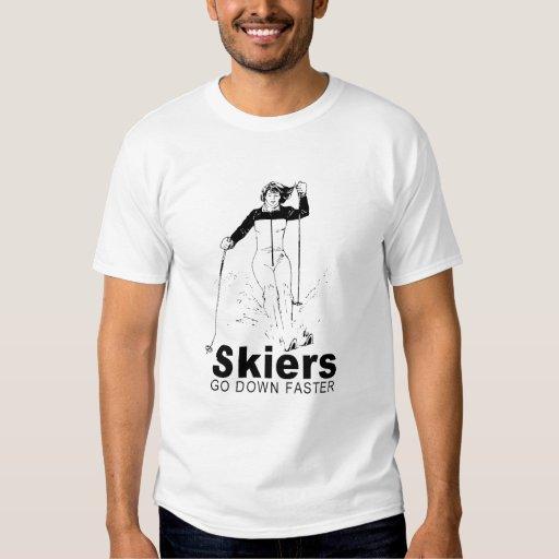 los esquiadores van abajo de más rápidamente polera