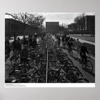 Los estudiantes y las bicicletas acercan a la póster
