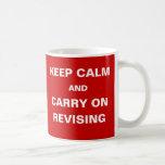 Los exámenes del humor del estudiante guardan calm tazas de café