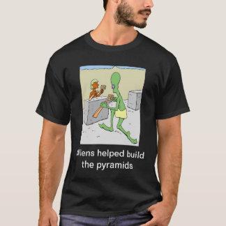 Los extranjeros ayudados construyen las pirámides playera