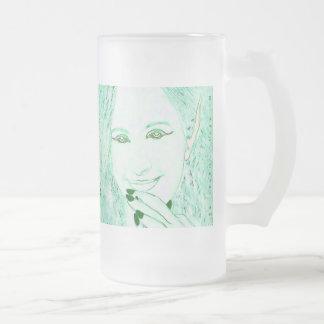 Los Faeries verdes son taza mágica del vidrio de